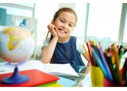 正在学习的外国小女孩
