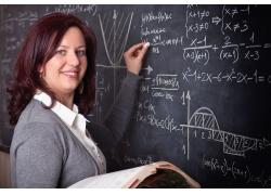 站在黑板前写字的外国女老师
