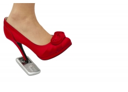 踩着手机的红色高跟鞋