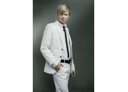 穿着白色西装的男人