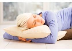 抱着枕头睡着的外国美女