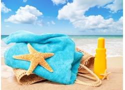 沙滩上的毛巾与海星图片