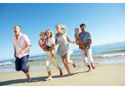 沙滩奔跑的一家人图片