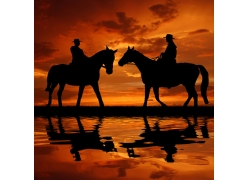 夕阳下骑马的西部牛仔