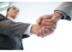 成功握手的商务男人
