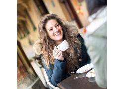 端着咖啡杯微笑的美女