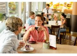 咖啡馆喝咖啡的男女