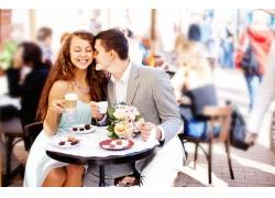 喝咖啡的幸福情侣
