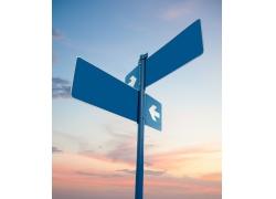 蓝色铁质路标