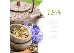 碗里的茶叶和茶壶