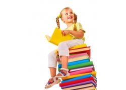 看书的小女孩图片