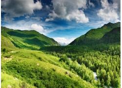 蓝天白云与山丘树林