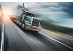 高速行驶的卡车