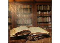 星光照耀下发黄的书本