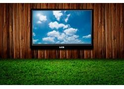 草地木板上的电视机