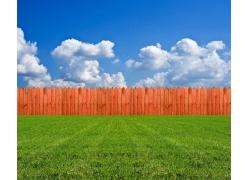 蓝天白云与木栅栏