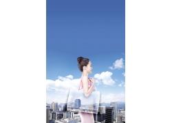 蓝天白云城市风景与购物美女