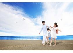 海边度假的一家人图片