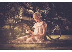 在草地上看书的女人图片