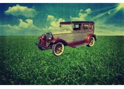 蓝天白云草地与复古汽车