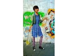 提着袋子的时尚女孩油画图片