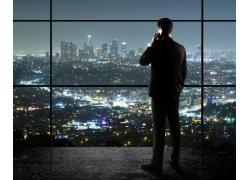 打电话的商务男士与城市夜景