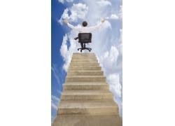 楼梯段坐在椅子上的男人背影