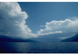 湖面风景与蓝天白云