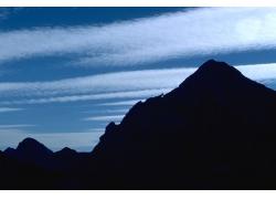 山峰美景与蓝天白云