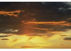 太阳光芒与云朵