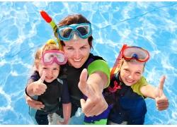 水中竖起大拇指的家庭图片
