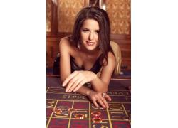 趴在赌桌上的性感美女