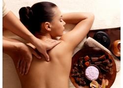 爬在美容床上做背部按摩的女人