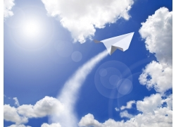 蓝天里的纸飞机