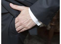 插入口袋的手