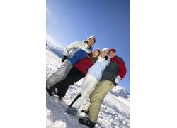 雪地上的快乐男女
