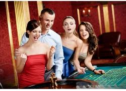 一起赌博的男女