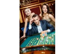 陪着男人赌博的女人