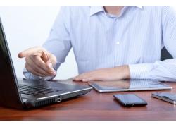 电脑智能手机与商务人士