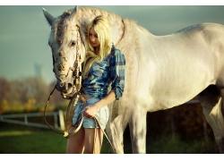 牵着马的美女