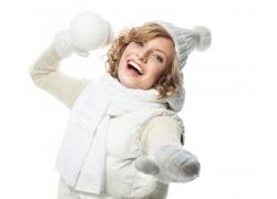 扔雪球的冬天女孩图片