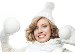 双手拿雪球的冬天女孩图片
