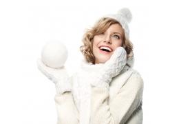 拿雪球大笑的冬天女孩图片