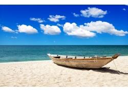 沙滩上的小船和大海图片