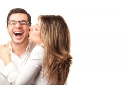 亲吻男人的女人