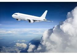 蓝天白云上方的飞机