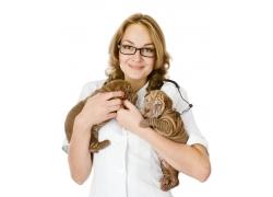 抱着沙皮犬的女兽医