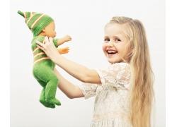 抱着婴儿玩具的女孩图片