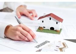房子模型与手中的笔