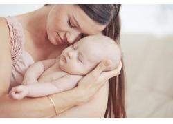 女人怀中的婴儿图片